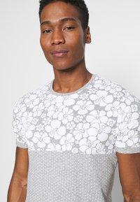 Brave Soul - PEARL - Print T-shirt - grey marl/white - 4
