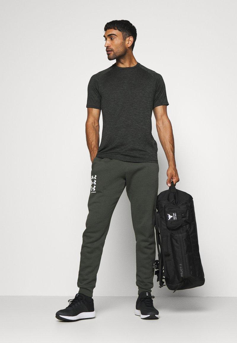 Under Armour - PROJECT ROCK DUFFLE - Sportovní taška - black