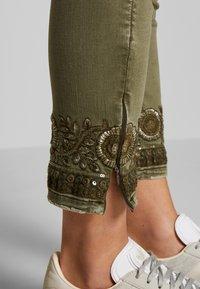 Desigual - PANT ONEIL - Jeans Skinny Fit - verde militar - 6