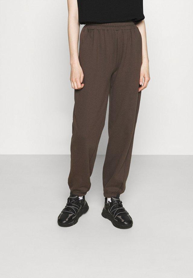 WILLIE PRINTED PANTS - Pantalon de survêtement - dusty brown/white