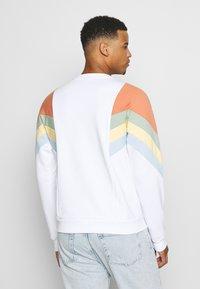 Kaotiko - UNISEX CREW SEATTLE - Sweatshirt - white - 2