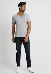 Tommy Jeans - ORIGINAL REGULAR FIT - Basic T-shirt - light grey heather - 1