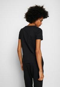 EA7 Emporio Armani - T-shirts med print - black - 2