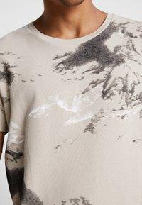Jack & Jones - JCOMONT TEE CREW NECK - T-shirt med print - feather gray - 5
