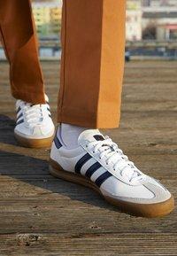 adidas Originals - JEANS UNISEX - Tenisky - footwear white/collegiate navy - 2