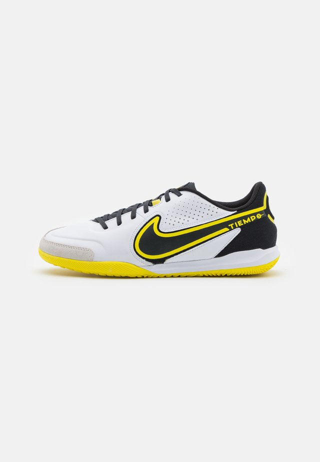 TIEMPO LEGEND 9 ACADEMY IC - Indendørs fodboldstøvler - white/dark smoke grey/black/yellow strike