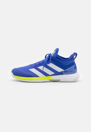 ADIZERO UBERSONIC 4 - Tenisové boty na všechny povrchy - sonic ink/footwear white/signal green