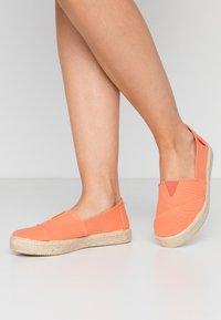 Grand Step Shoes - TIM - Espadrilles - lipstick - 0