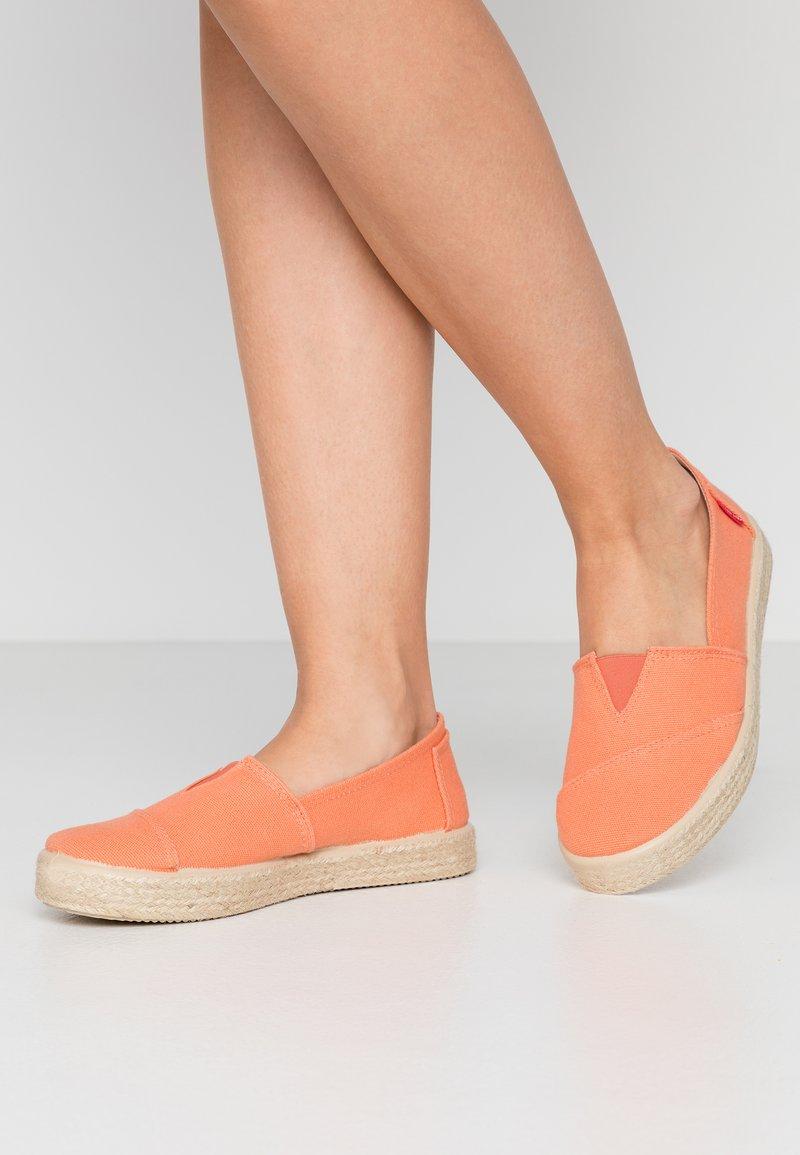 Grand Step Shoes - TIM - Espadrilles - lipstick