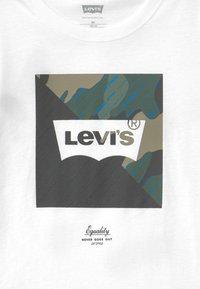 Levi's® - GRAPHIC TEE - T-shirt z nadrukiem - white - 2