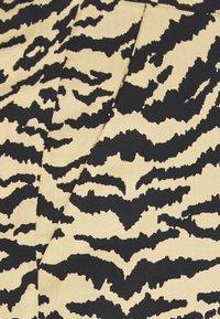 Good American - SIDE SLIT - Trousers - sand zebra - 2