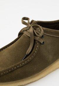 Clarks Originals - WALLABEE - Chaussures à lacets - khaki - 5