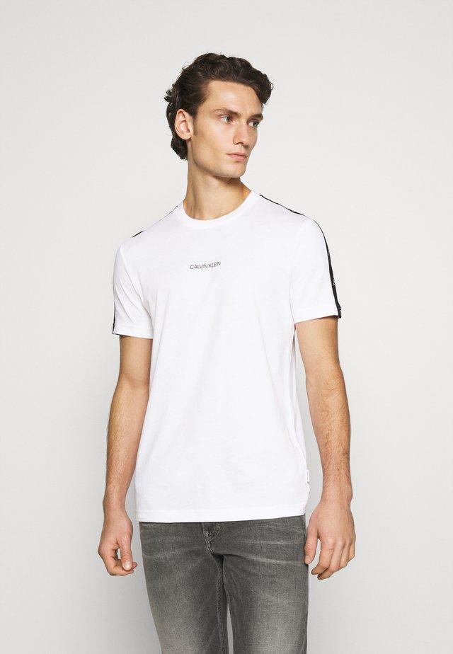 RUNNING LOGO TAPE - T-shirt con stampa - white