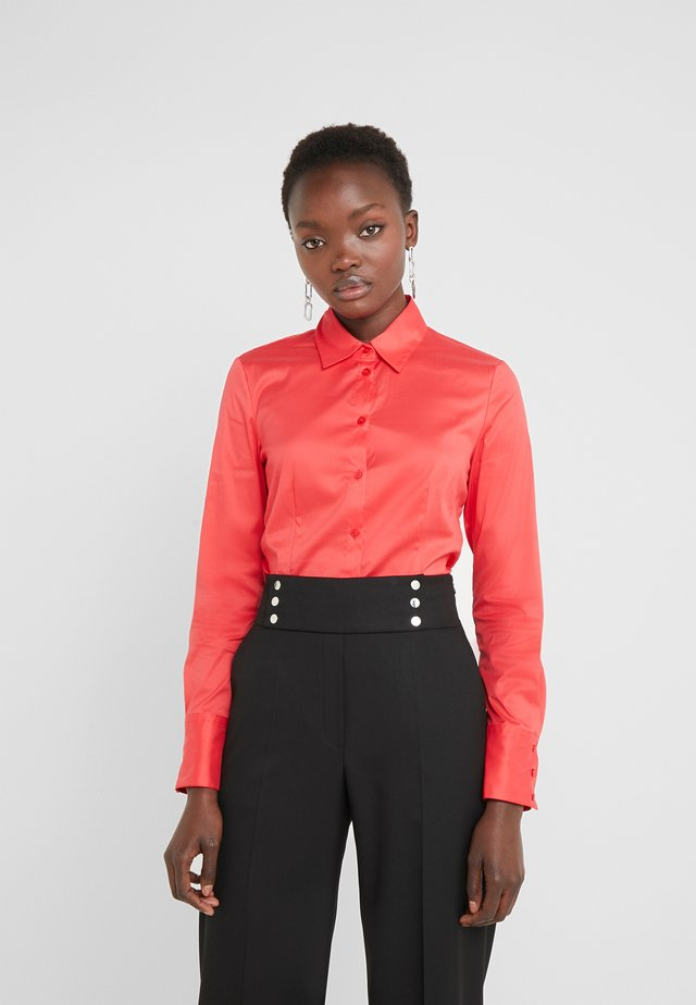 THE FITTED - Button-down blouse - bright red