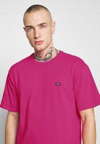 Vans - MN OFF THE WALL CLASSIC SS - Basic T-shirt - fuchsia purple - 3