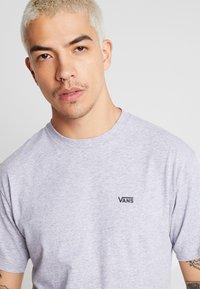 Vans - MN LEFT CHEST LOGO TEE - Basic T-shirt - athletic heather - 4