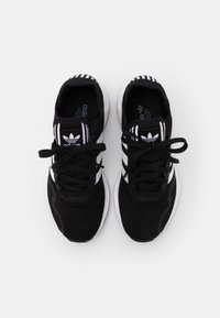adidas Originals - SWIFT RUN X UNISEX - Trainers - core black/footwear white - 3