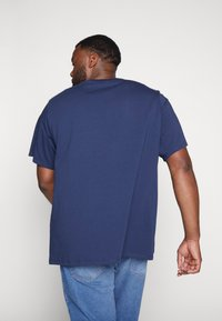 Levi's® Plus - BIG GRAPHIC TEE - Print T-shirt - dress blues - 2
