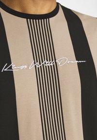 Kings Will Dream - VEDLO - Print T-shirt - jet black/dark sand - 5