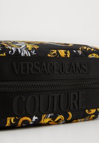 Versace Jeans Couture - Wash bag - black/gold - 3