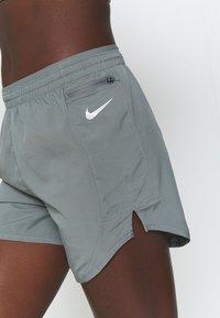 Nike Performance - TEMPO LUXE SHORT  - Pantaloncini sportivi - smoke grey/silver - 3