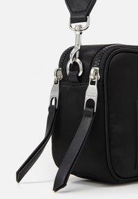 Versace Jeans Couture - CAMERA BAG - Taška spříčným popruhem - nero - 5