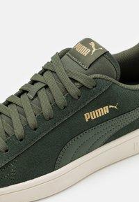 Puma - SMASH V2 UNISEX - Trainers - thyme/team gold/white - 5