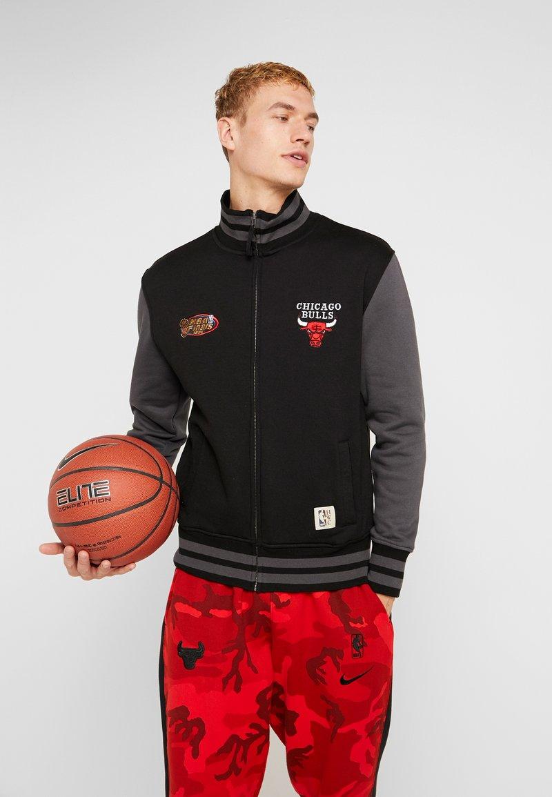 Mitchell & Ness - NBA CHICAGO BULLS VARSITY JACKET - Pelipaita - black