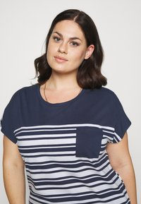 CAPSULE by Simply Be - CURVED HEM TEE WITH BUTTON DETAIL - T-shirts med print - black/ivory stripe - 3