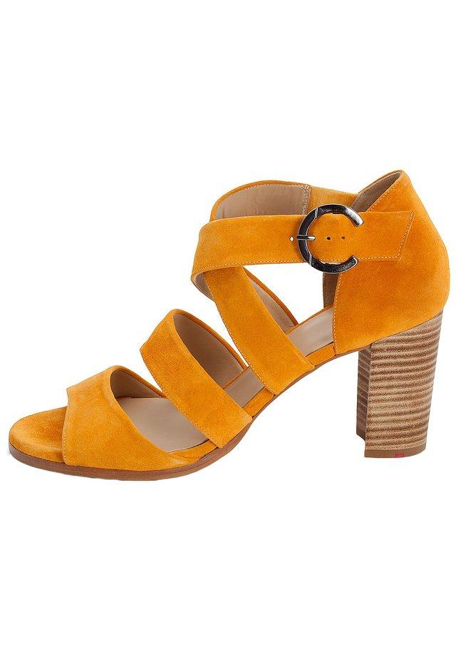 Sandalen met enkelbandjes - gelb