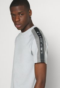 G-Star - SPORT TAPE LOGO + R T S\S - Print T-shirt - correct grey - 3