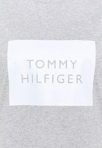 Tommy Hilfiger Curve - REGULAR BOX TEE - Triko spotiskem - light grey heather - 4