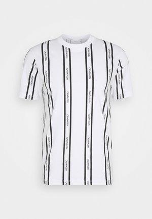 VERTICAL LOGO STRIPE - Print T-shirt - white