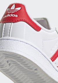 adidas Originals - SUPERSTAR SHOES - Sneakers laag - ftwr white/vivid red - 8