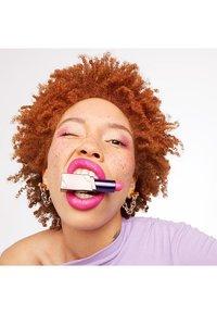 Urban Decay - VICE LIPSTICK RENO CREAM - Lipstick - 8 hollyweird - 2