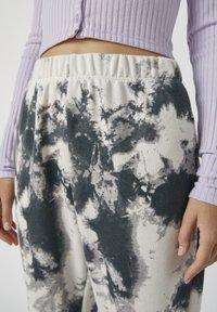 PULL&BEAR - MIT TIE-DYE IM KONTRAST - Spodnie materiałowe - light grey - 3