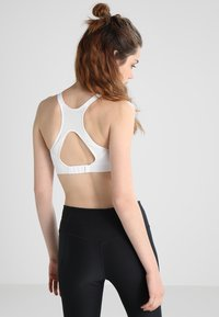 Nike Performance - RIVAL BRA HIGH SUPPORT - High support sports bra - white/white/pure platinum - 2