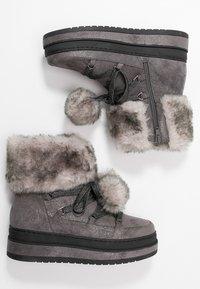 s.Oliver - Kotníkové boty na platformě - grey glitter - 3