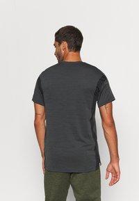 Nike Performance - HYPER DRY - Print T-shirt - black/iron grey/heather/white - 2