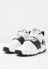 Nike Performance - TEAM HUSTLE D 8  - Basketball shoes - white/black - 2