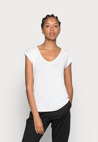 Pieces - PCKAMALA TEE NOOS BC - T-shirts - bright white - 0