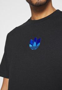 adidas Originals - TREFOIL TEE UNISEX - T-shirts med print - black/blue - 4