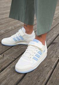 adidas Originals - FORUM LOW  - Trainers - white - 4
