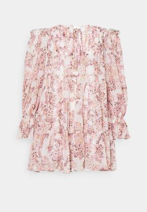 GARCELLE OFF SHOULDER TIERED MINI - Denní šaty - white