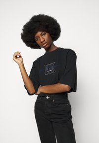 Han Kjøbenhavn - BOYFRIEND TEE - Print T-shirt - faded black - 3
