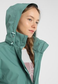 Vaude - WOMANS ESCAPE LIGHT JACKET - Waterproof jacket - nickel green - 4