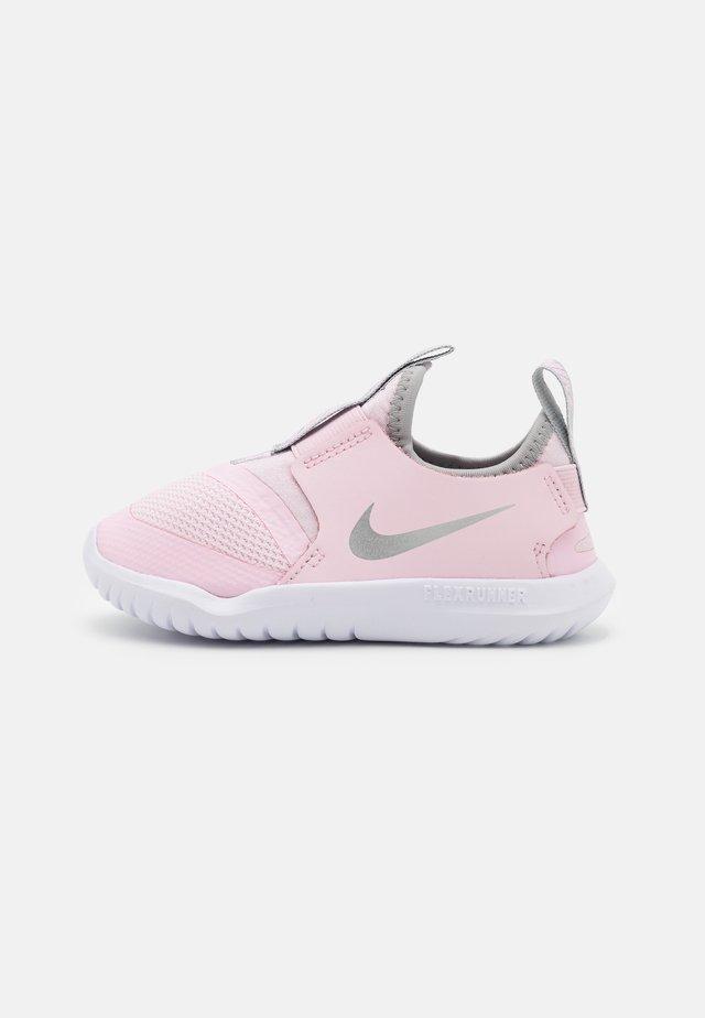 FLEX RUNNER UNISEX - Hardloopschoenen neutraal - pink foam/metallic silver/light smoke grey