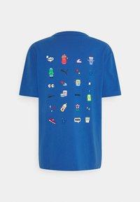 Puma - DOWNTOWN GRAPHIC TEE - Print T-shirt - star sapphire - 1