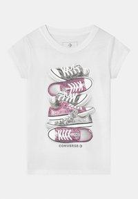Converse - SHOE STACK - Camiseta estampada - white - 0