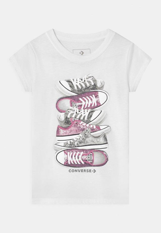 SHOE STACK - Print T-shirt - white